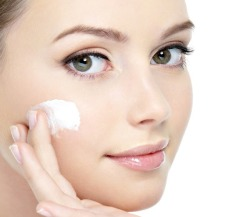 applying-moisturizer-to-your-face-and-get-result-easily